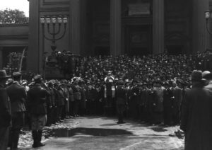 Rabbi Baruch Steinberg speaking in front of the Great Synagogue during the appeal of the fallen, organized by the Union of Jewish fighters for the Polish independence.